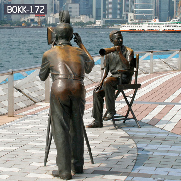Custom life size bronze sculpture of people are taking pictures